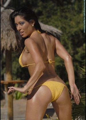 Титьки в желтом купальнике - фото 5