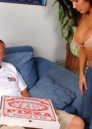 Пожилая жена трахнулась с разносчиком пиццы - фото 1