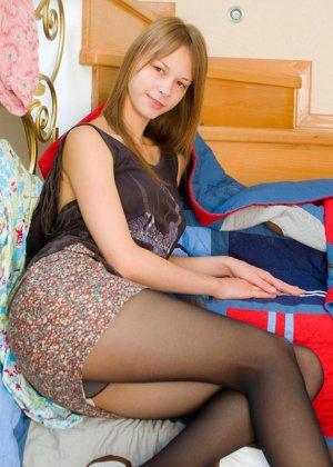 На мосту милашка Dawn Allison раздевается и показывает свои большие сиськи перед фото камерами порно