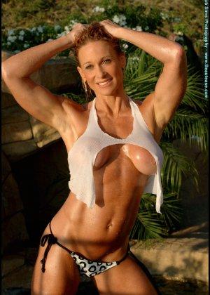 Мускулистая женщина в микро бикини - фото 2