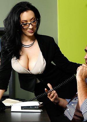 Секс с любимой брюнеткой на работе - фото 4