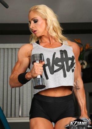 Накаченная блондинка в спортзале - фото 1