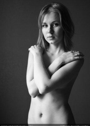 Голая телочка с плоской грудью - фото 14