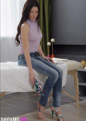 Выебал в жопу русскую девушку на массаже - фото 1