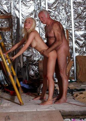 Молодая блондинка ебется со стариком - фото 5