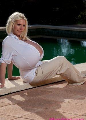 Гигантская силиконовая грудь стройной зрелой блондинки - фото 14