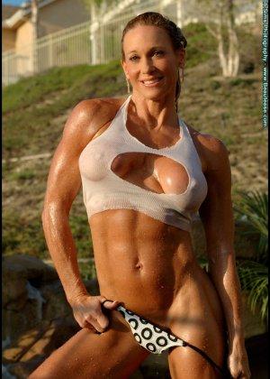 Мускулистая женщина в микро бикини - фото 1
