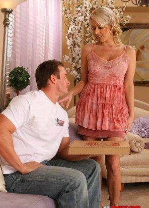 Блондинка занялась сексом с парнем разносчиком пиццы - фото 1