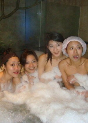 Голые азиатки в бане - фото 7