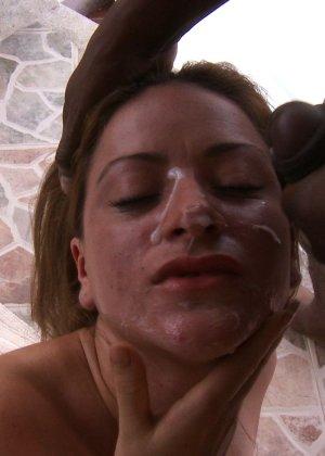 Женщина в бикини ебется с негром - фото 15