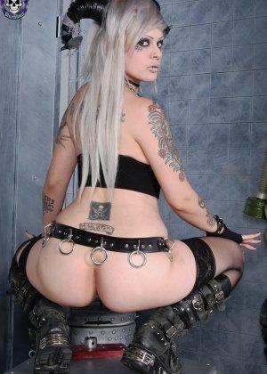 Татуированная эмо в чулках с бритой пиздой - фото 15