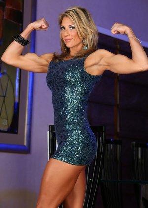 Блондинка культуристка показала мышцы и пизду - фото 3