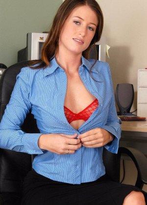 Голая волосатая пизда офисной сучки - фото 4
