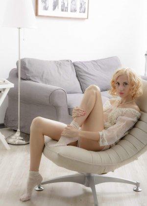 Голая худая блондинка ласкает свою киску - фото 1