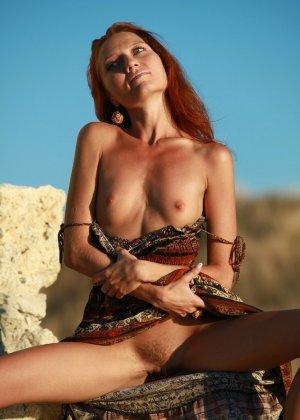 Голая худая рыжая девушка на природе - фото 5