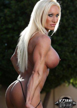 Блондинка бодибилдерша показывает мышцы и большой клитор - фото 7