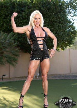 Блондинка бодибилдерша показывает мышцы и большой клитор - фото 1