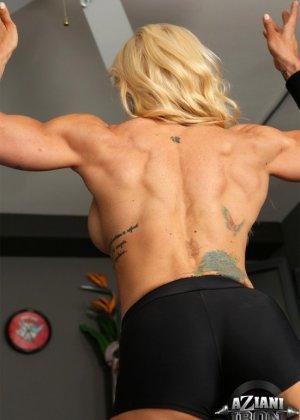 Накаченная блондинка в спортзале - фото 5