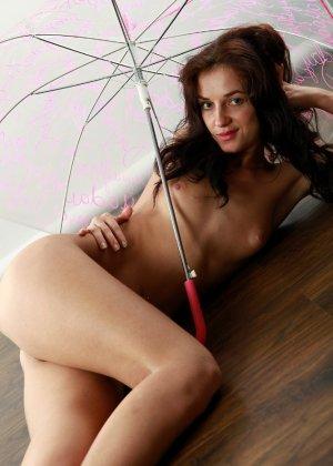 Голая вагина молодой женщины с зонтиком - фото 11
