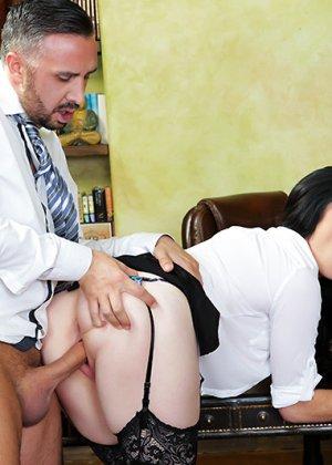 Секс с сисястой женщиной на работе - фото 11