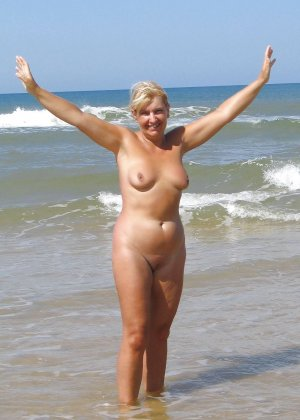 Полностью голые дамы на пляже - фото 10