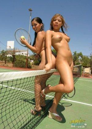 Лесбийский секс на теннисном корте - фото 5