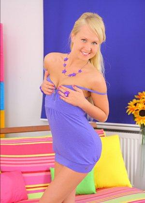Ебут молодую русскую блондинку в обе дырки - фото 1