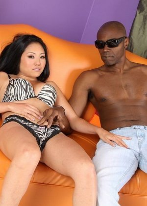 Секс азиатки с негром - фото 1