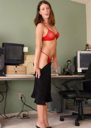 Голая волосатая пизда офисной сучки - фото 9