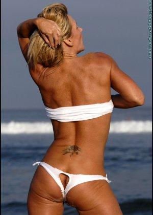 Подкачанная женщина за 40 в купальнике - фото 10