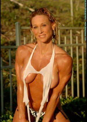 Мускулистая женщина в микро бикини - фото 11