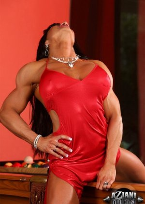 Накаченная женщина с бритой пиздой - фото 4