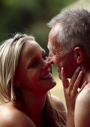 Секс пожилого мужчины с молодой блондинкой - фото 6