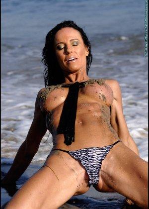 Женщина в мини купальнике на море - фото 13