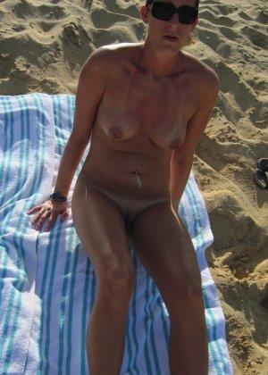 Загорают голые на пляже - фото 13