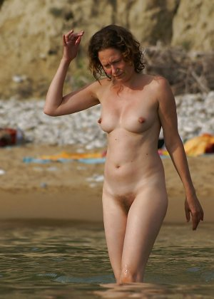 Полностью голые дамы на пляже - фото 13