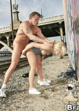 Блондинке предложили секс прямо на улице - фото 13