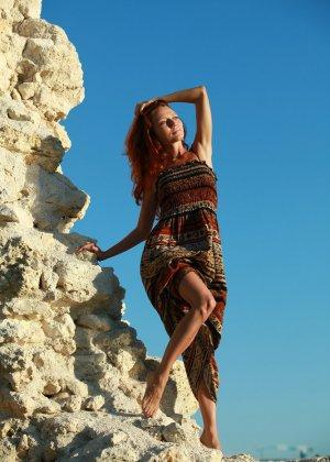 Голая худая рыжая девушка на природе - фото 1