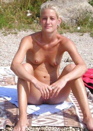 Полностью голые дамы на пляже - фото 9