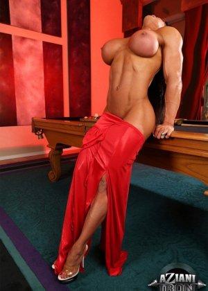 Накаченная женщина с бритой пиздой - фото 8