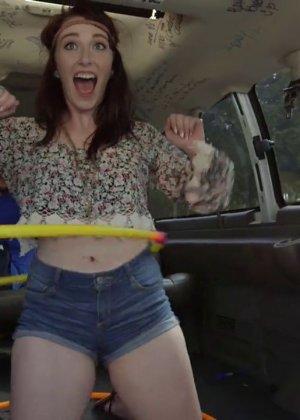 Плоская девушка потрахалась за деньги в авто - фото 7