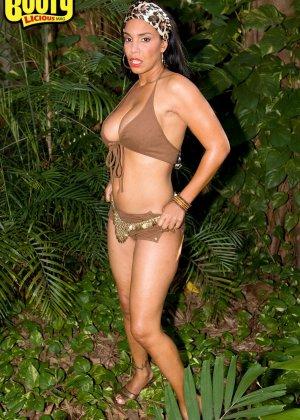 Зрелая грудастая латина в лесу - фото 1