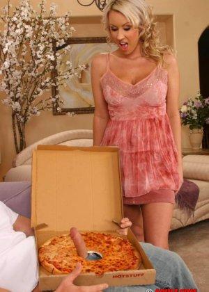 Блондинка занялась сексом с парнем разносчиком пиццы - фото 3
