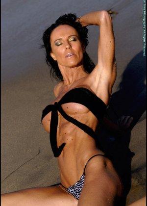 Женщина в мини купальнике на море - фото 10