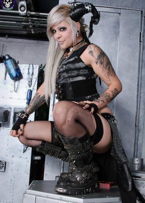 Татуированная эмо в чулках с бритой пиздой - фото 9