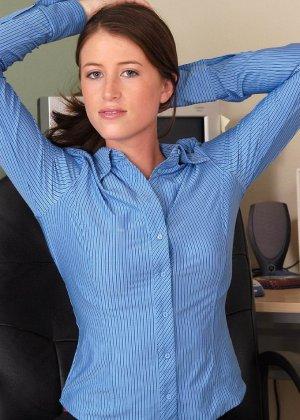 Голая волосатая пизда офисной сучки - фото 2