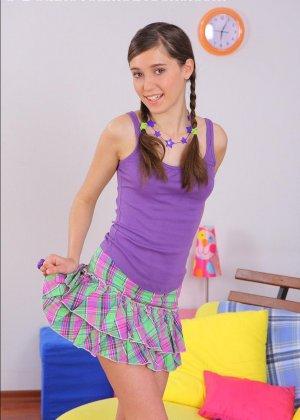 Молодую девку ебут в анус - фото 1
