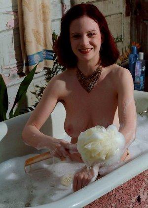 Зрелая рыжая женщина с очень волосатой пиздой принимает пенную ванну - фото 15