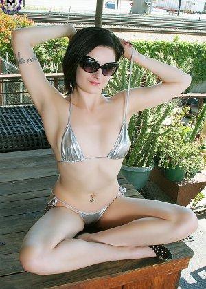 Эмо девушка в бикини и без - фото 1