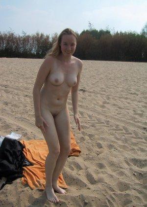 Голые нудистки на пляже - фото 7
